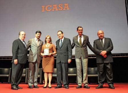 Sra. Luciane Zanini recebendo o Prêmio Anamaco.