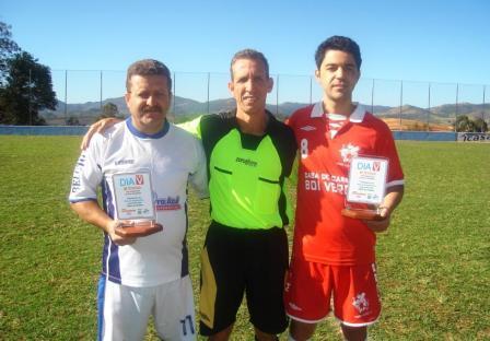 """Representantes de equipes de futebol com os troféus """"Dia V""""."""