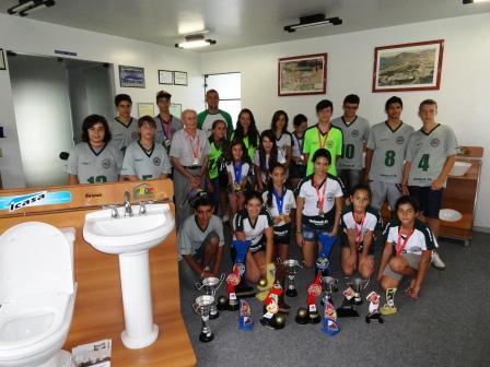 Equipe do Handebol Pró-Vida com medalhas e troféus no Show-room da ICASA.