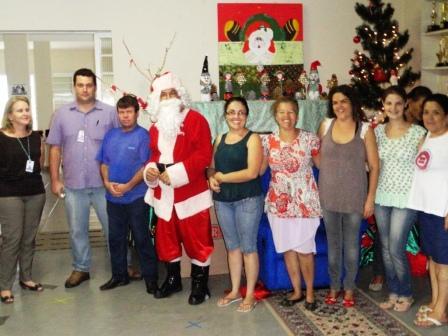 Entrega de brinquedos na APAE de Andradas, com presença do Papai Noel, o colaborador Cezar Ferreira.