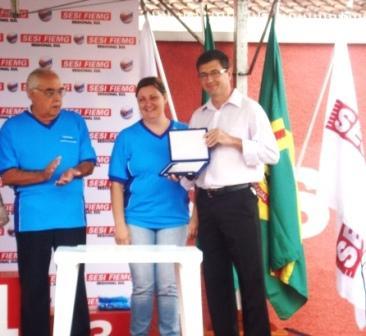 Gerente Gisele do SESI entregando a Placa em Homeagem a ICASA.